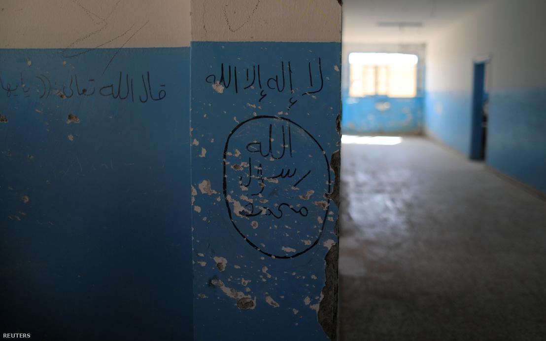Az Iszlám Állam jele egy hazemai iskola falán, Rakka északi részén