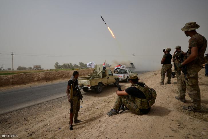 Iraki siíta erők támadják az ISIS állásait Shirqat külvárosában, szeptember 23-án