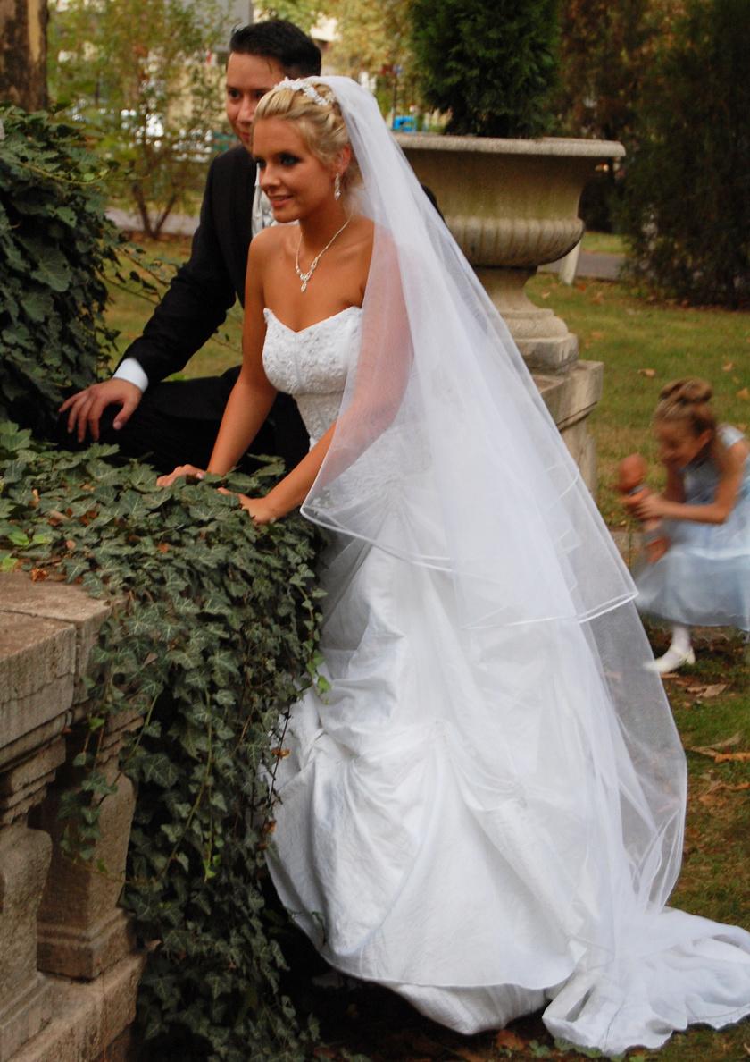 2009. szeptember 12-én a közel kétszáz fős lagzin rengeteg aprónép szaladgált, az esküvői képeken is felbukkan egy-két lurkó a háttérben.