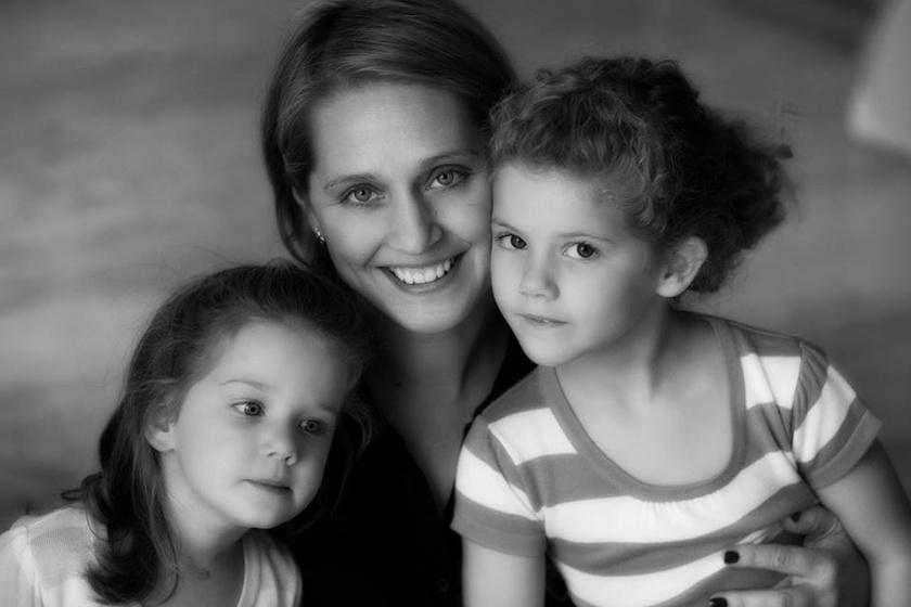 Ez a fotó 2013-ban készült Zelinka Ildikóról és lányairól.