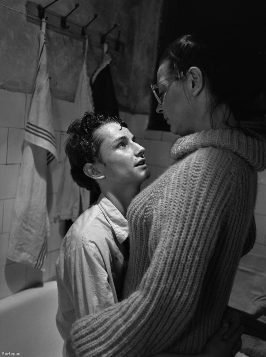A híres fürdőszoba jelenet: Ronyecz Mária és Znamenák István.                         A Lívia tanárnőt, azaz Malacpofát alakító Ronyecz Mária fiatalon, a rendszerváltáskor hunyt el. Kellemesen búgó hangja miatt általában nála idősebb karaktereket alakított.