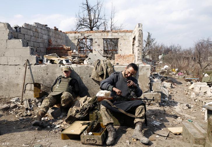 Orosz szeparatisták ellen harcoló ukrán katonák egy lőállásnál Donyeckben, 2017. március 30-á