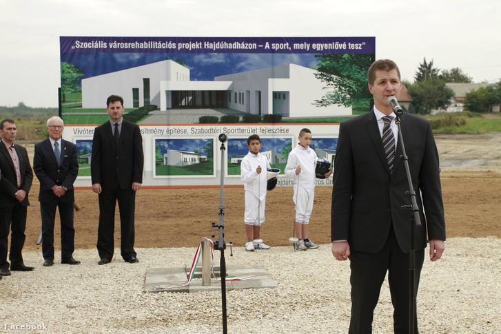 Az új sportközpont építésének bejelentése Hajdúhadházon 2016-ban