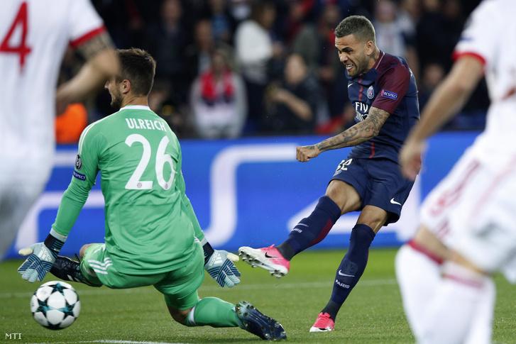 Dani Alves a francia Paris Saint-Germain játékosa (j) gólt szerez a német Bayern München ellen a labdarúgó Bajnokok Ligája B csoportjának második fordulójában játszott mérkõzésen a párizsi Parc de Princes stadionban