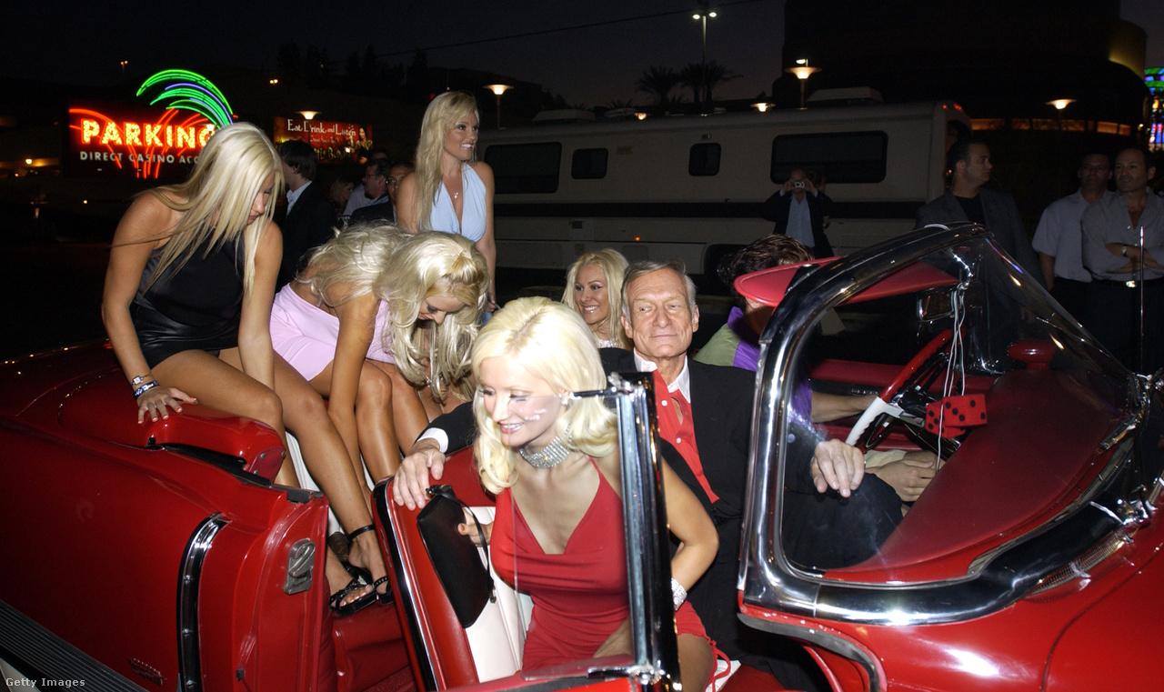Kellemetlen lett volna, ha pont a Playboy 50. évfordulós bulijára menet büntetik meg a közlekedési rendőrök az autóját kissé túlzsúfoló sofőrt, Hefnert, Las Vegasban, 2003. szeptember 20-án. Hogy Hefnernek volt egy típusa, az nem kifejezés.