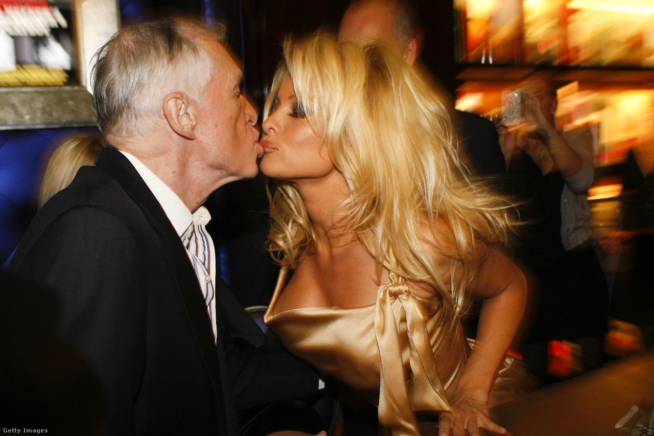 Hefner, és a kilencvenes évek egyik legsikeresebb Playboy-modellje, Pamela Anderson egy könyvbemutatón.