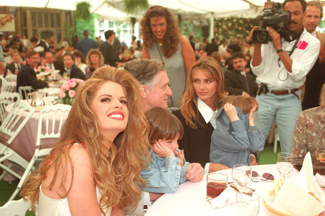 Julie Cialini, az 1995-ös év Playmate-je. Mellettük pedig a Hefner-család: a férfinél 36 évvel fiatalabb Kimberly Conrad, akitől két gyereke is született: Marston Glenn és Cooper Bradford. 1998-ban szétváltak, Conrad pedig a Playboy-ház szomszédságába költözött. Hefnernek nem ez volt az első házassága, 1949 és 1959 között együtt élt Mildred Williamsszel, akitől szintén született két gyereke, David és Christie. Ebben a korszakban a Playboy-birodalmat már inkább Christie igazgatta, Hefner visszafogta magát a nyolcvanas évek végi stroke-ja után.