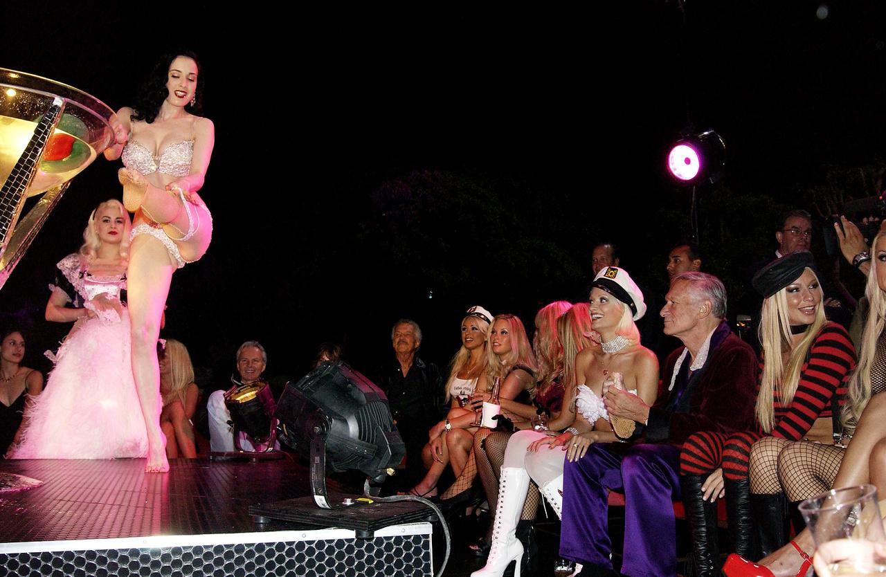 A világhírű sztriptíztáncos, Dita von Teese a Hefner-villában is előadta a védjegyének számító műsorszámot, amelyben egy hatalmas martinis pohárban táncol. Von Teese hétfátyoltánca 2003. június 10-én hódította meg a Playboy-házat, az első férfiaknak szóló kábelcsatorna, a Spike TV indításakor