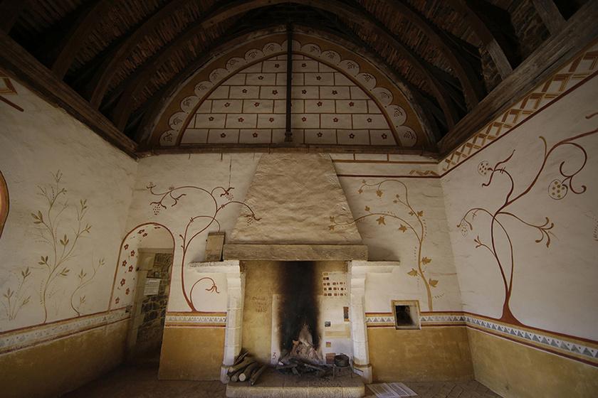 A belső kialakítás is részletgazdag: gyönyörűek és otthonosak az autentikus hálószoba növényi mintával dekorált falai.