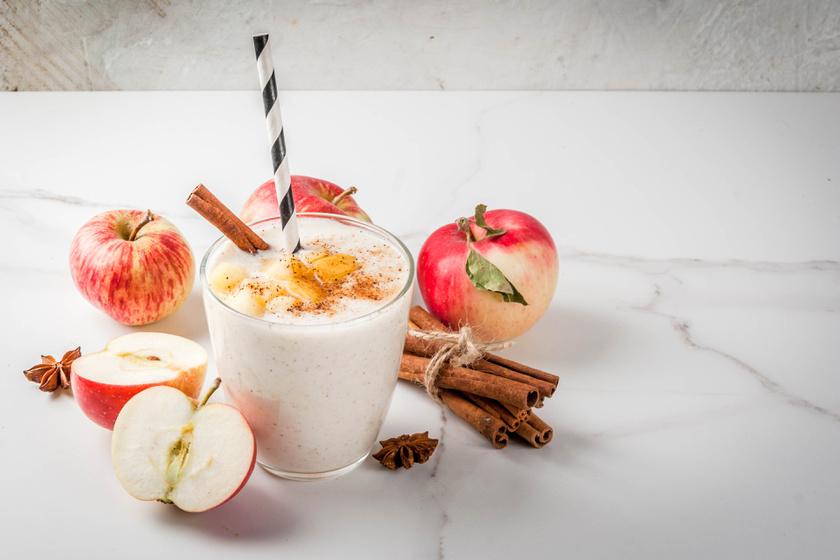 Turmixolj le két nagy piros almát egy deci görög joghurttal, majd ízesítsd picike fahéjjal és szerecsendióval. Az almát nem kell megpucolni, elég apró kockára felaprítani.