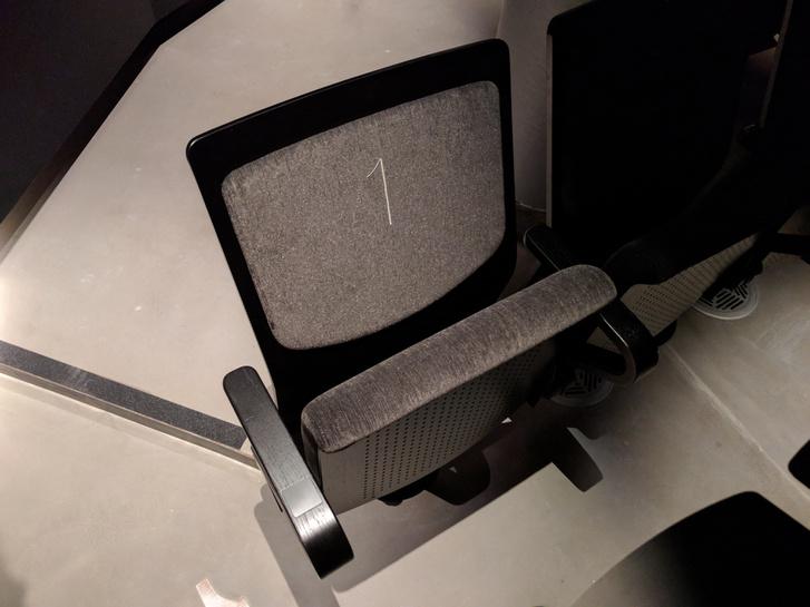 Új szék az Örkény Színház nézőterén