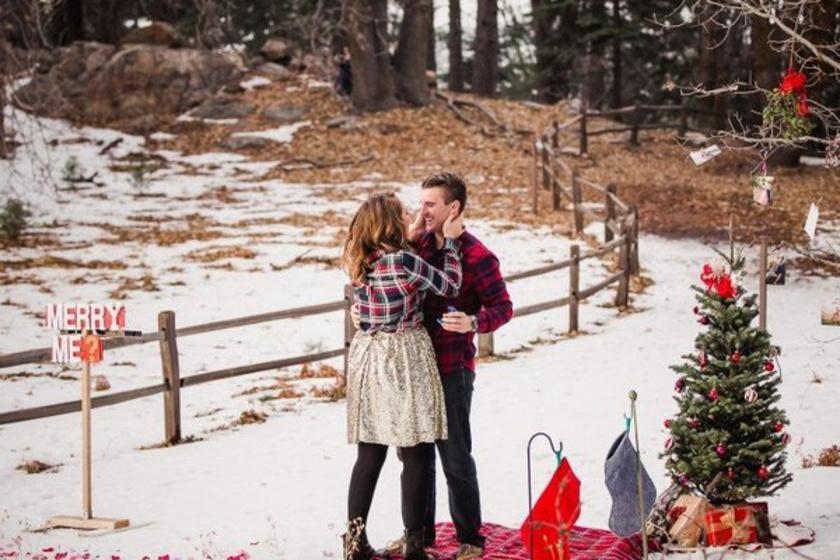 Ez a férfi egy igazi téli meseországot varázsolt az erdő közepére a szerelmének, és egy ötletes táblán is szerepelt a nagy kérdés. Nem csoda, hogy rögtön igen volt a válasz.