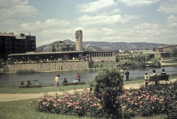 A Kosztolányi Dezső tér parkja, a Feneketlen-tó 1963-ban az egykori Park étteremmel, a Park Színpaddal, távolban a Sas-heggyel