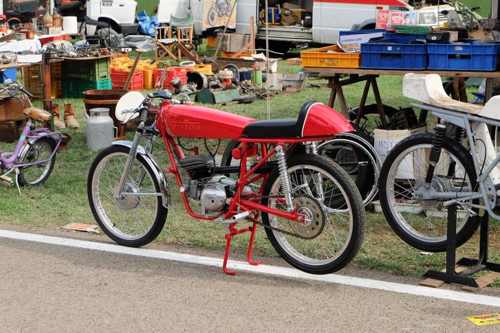 Egy eredeti Guazzoni versenymotor. Semmi sem ott és úgy jön ki belőle, ahogy megszoktuk: a kipufogó egyenesen hátra, a karburátor meg oldalt, közvetlenül a forgattyúsházba, mint a Suzuki RV-n például