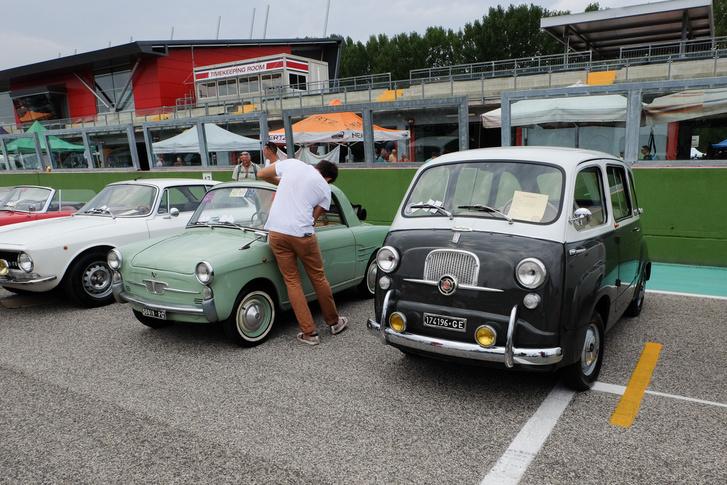 Cukiságok egymás mellett: első szériás Autobianchi Bianchina Transformabile (500-as Fiat alap) és Fiat Multipla (600-as Fiat alap)