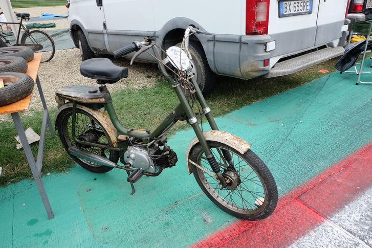 Egy érdekes és olcsó jármű a börzéről: négyütemű, nyomórudas Babetta-szerűség a Hondától. Valami 120 euróért mérték