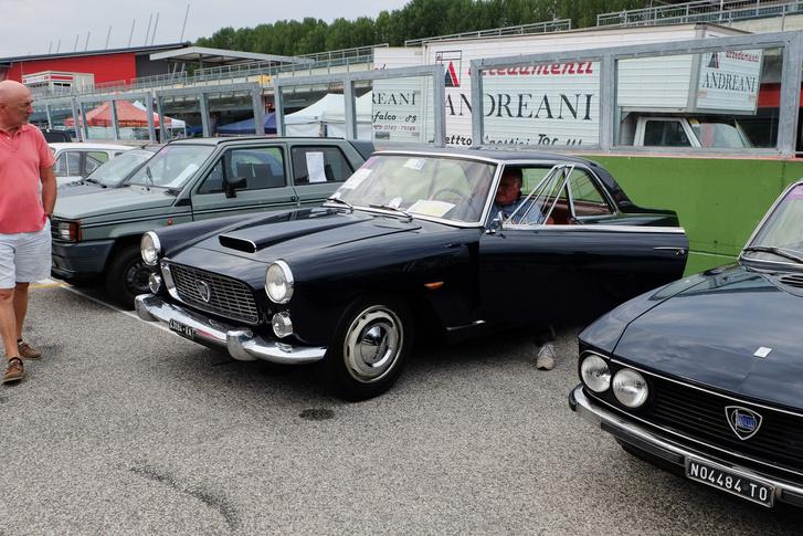 Lancia Flaminia Coupé, isteni színben, már csak Brigitte Bardot kellene a jobb egyre. Az ott ám bő tizenötmillió forint