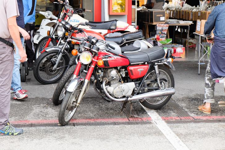 Nini, pont ilyen Honda CB125-ösöm volt! De gyűlöltem