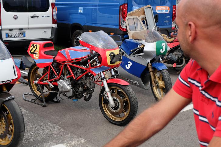 Ennél nagyobb Ducati-tudornak kellene lennem... Ez szerintem egy korai 750 F1, mert még nem alulengőkaros hátul, Tehát a nyolcvanas évek közepe