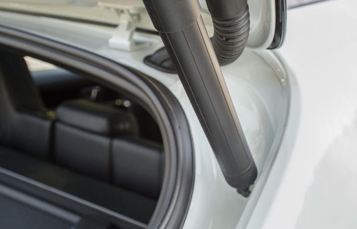 Széria az elektromos csomagtér-ajtó nyitás/csukás. Ez itt a tartószerkezet, amiből nem a prémiumautósság miatt nem spórolták ki látványosan az anyagot, hanem mert tényleg dögnehéz lett az ajtó