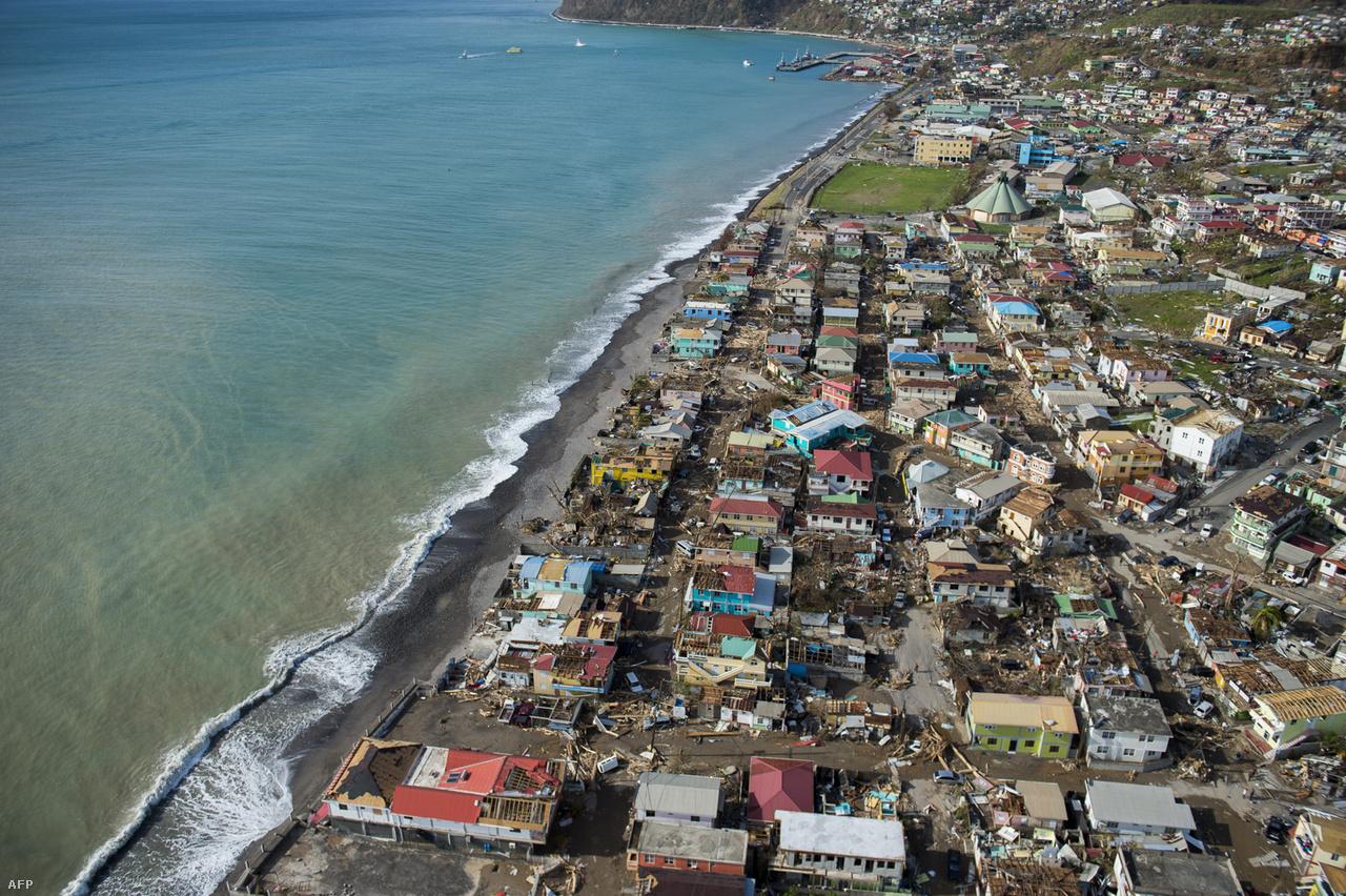 Miután letarolta Puerto Ricót, Maria trópusi viharrá gyengülve északra fordult az óceán felett, de aztán újból erőre kapva így is óriási hullámokat keltve érte el az észak-karolinai partokat. Itt nemcsak az áradásoktól tartottak, hanem attól is, hogy felerősítheti a part menti területek erózióját, mielőtt végérvényesen az Atlanti-óceán belseje felé fordult volna.