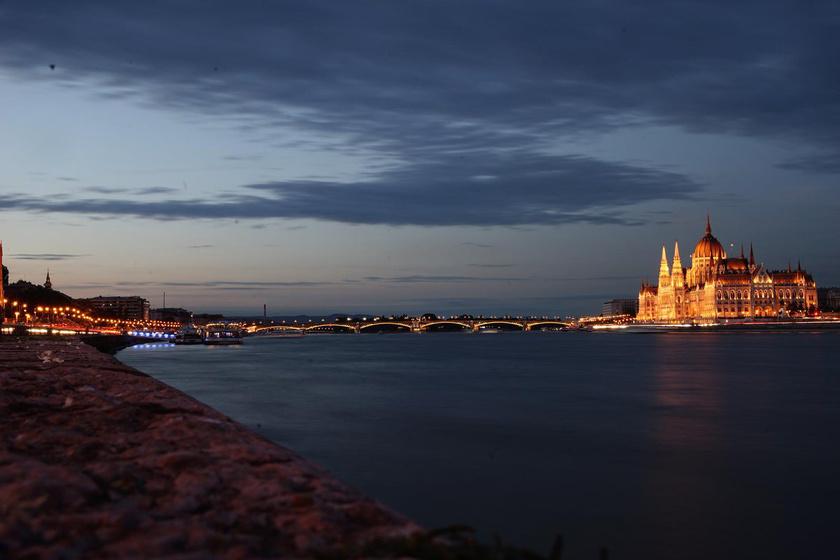 A budapesti Duna látképét tévedésből így írta le a program: egy nagy hajó a vízen.