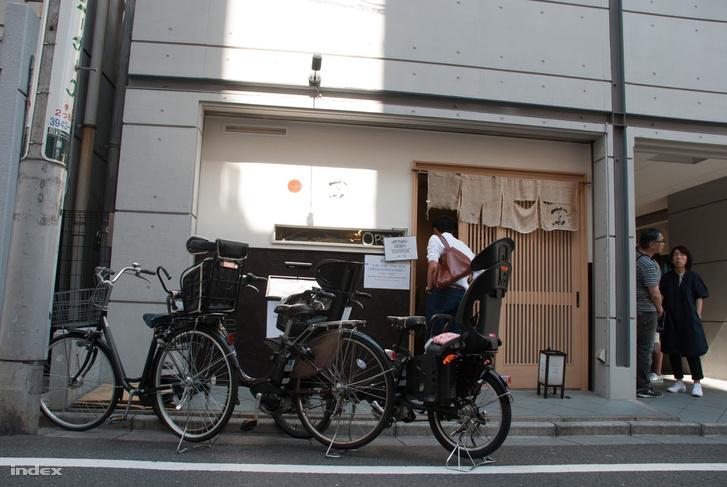 A Cuta bejárata egy szűk mellékutcában. Kívülről nem látszik, hogy ez egy Michelin-csillagos étterem.