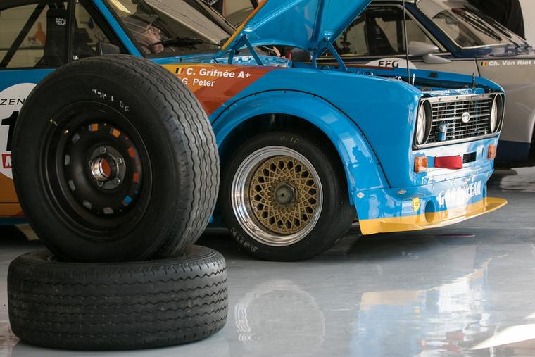 Ilyen Escortból is jutott egy egész sornyi a Hungaroring Classicra - ennél éppen a motort állítgatták