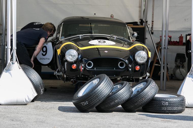 A szakik itt éppen egy 1963-as Shelby Cobra 289-et mustrálnak