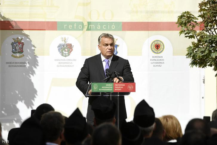 Orbán Viktor miniszterelnök beszédet mond a reformáció 500. évfordulójára szervezett jubileumi év legnagyobb erdélyi rendezvényén a kolozsvári Protestáns Teológiai Intézet udvarán tartott ünnepségen