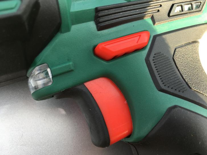 A felső piros gomb az irányváltó, a ravasszal lehet bekapcsolni a gépet. Fontos, hogy nagy nyomatékot csak balra tekerve, azaz oldáskor fejt ki a gép, ráhúzáskor nem. Tehát balmenetes csavarokkal szerelt autóknál használhatatlan