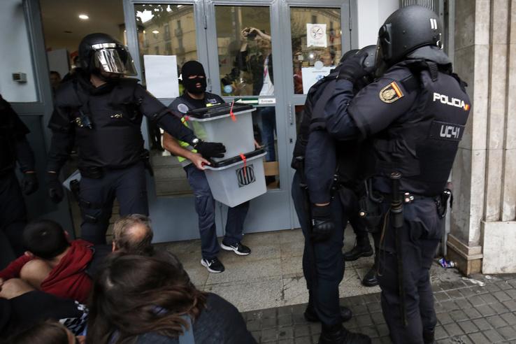 Spanyol rohamrendőrök ürítenek ki egy szavazóhelyet Barcelónában