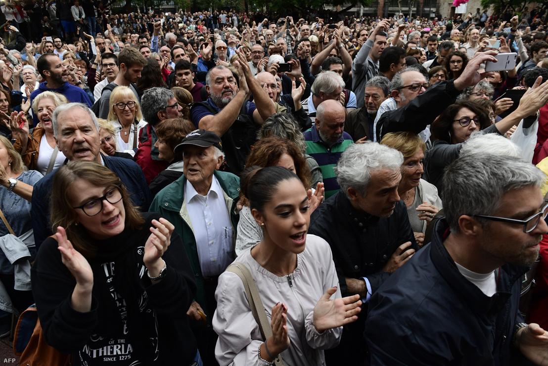 Utcai demonstráció a szavazás napján Barcelonában.