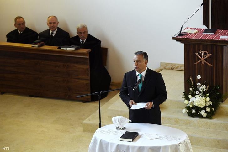 Orbán Viktor miniszterelnök beszédet mond az erdélyi Szászfenes református templomának avatóünnepségén.