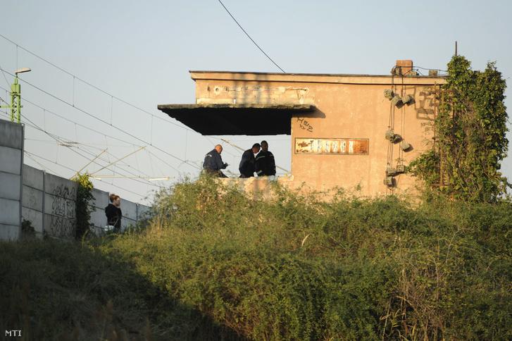 Rendőrök helyszínelnek a kigyulladt tárnoki bakterházban
