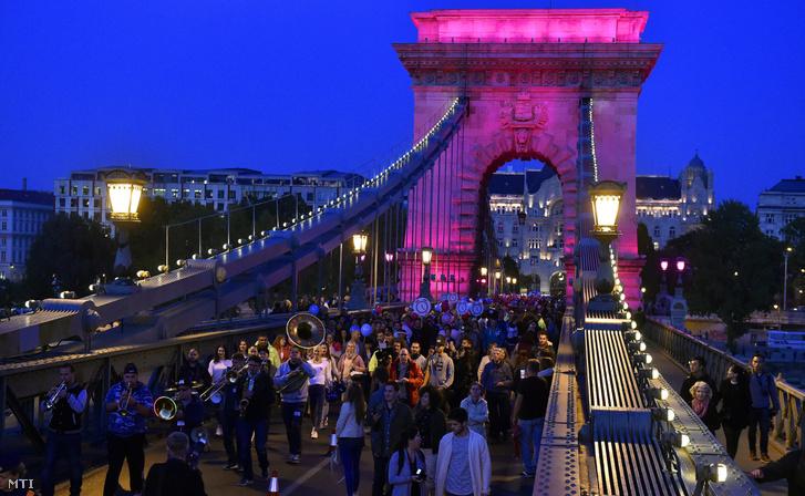Az Egészség Hídja Összefogás a Mellrák Ellen és a MentsManust! - Movember Magyarország közös akciójának résztvevői a rózsaszín és kék színekkel megvilágított Lánchídon. MTI