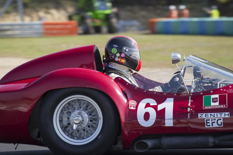A Trofeo Nastro Rosso kategória első versenyének győztese, Guillermo Fierro a gyönyörű Maserati T61-esben akció közben