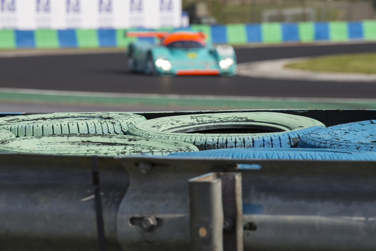 A háttérben egy Porsche 962 settenkedik