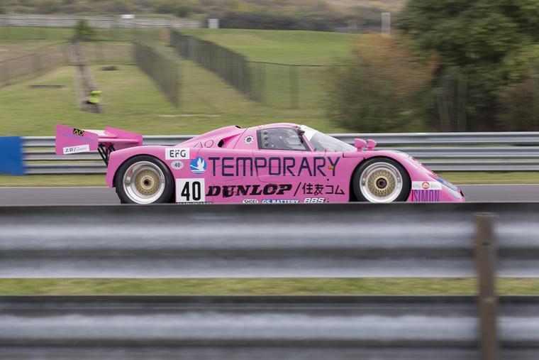 A rózsaszín tovább hódít: Richard Bateman az 1990-es Spice SE 90-ben hasít a C csoportos autók versenyén
