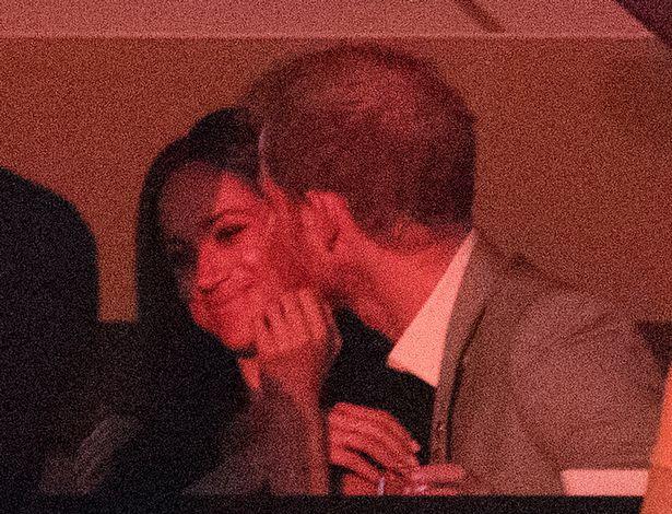 Harry herceg fülig szerelmes: egész este ölelgette és puszilgatta Meghant.