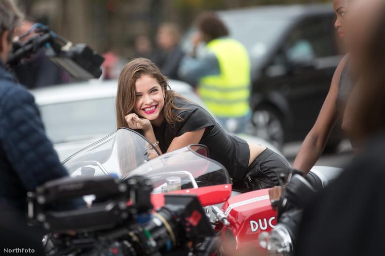 Amit biztosan tudunk, hogy a modellt a L'Oréal egyik új reklámjához örökítették meg, a Champs-Élysées-n.