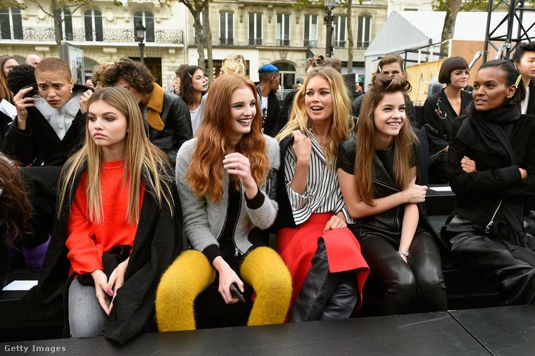 Na de itt már a kolléganőivel, többek közt Doutzen Kroes-szal és Thylane Blondeau-val várakozik a Le Defile L'Oreal Paris bemutatója előtt.Amúgy képzeljék, pont most van Párizsban Dzsudzsák Balázs is, hát micsoda véletlen!
