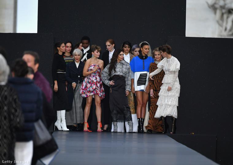 Ha jól figyelnek, itt nemcsak Palvint ismerhetik fel a tömegben: pont mögötte áll az őzruhás Jane Fonda, szürke nadrágban pedig Helen Mirren látható.