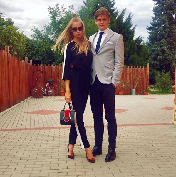 Iszak Eszter öccse, Krisztián öt évvel fiatalabb a nővérénél, és Szegeden tanul szociológiát.