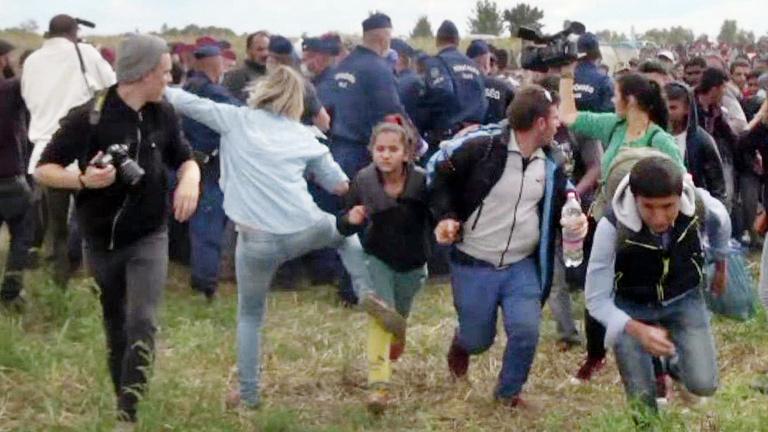 Áttört a rendőrsorfalon a tömeg Röszkénél, megjelent László Petra