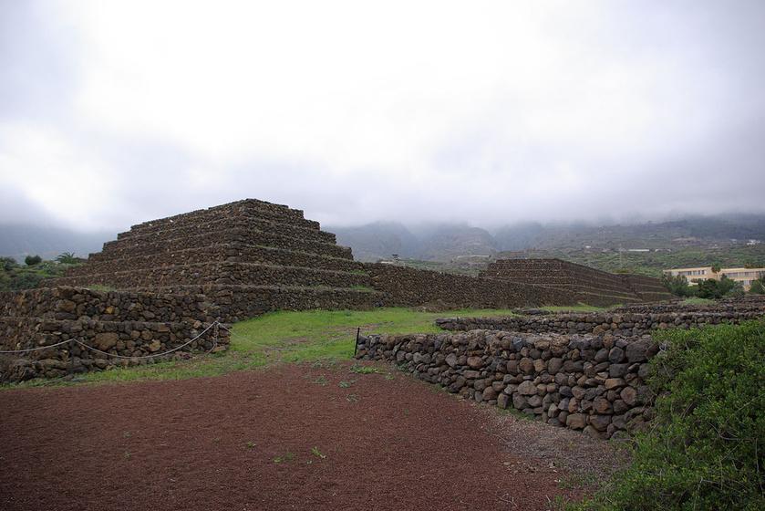 A güímari piramis a Kanári-szigeteken, Tenerifén van. Az épületeket csillagászatilag tájolták, a sarokkövek célzatos építkezésről tanúskodnak. A hat piramis hasonló a maja és azték építményekhez.