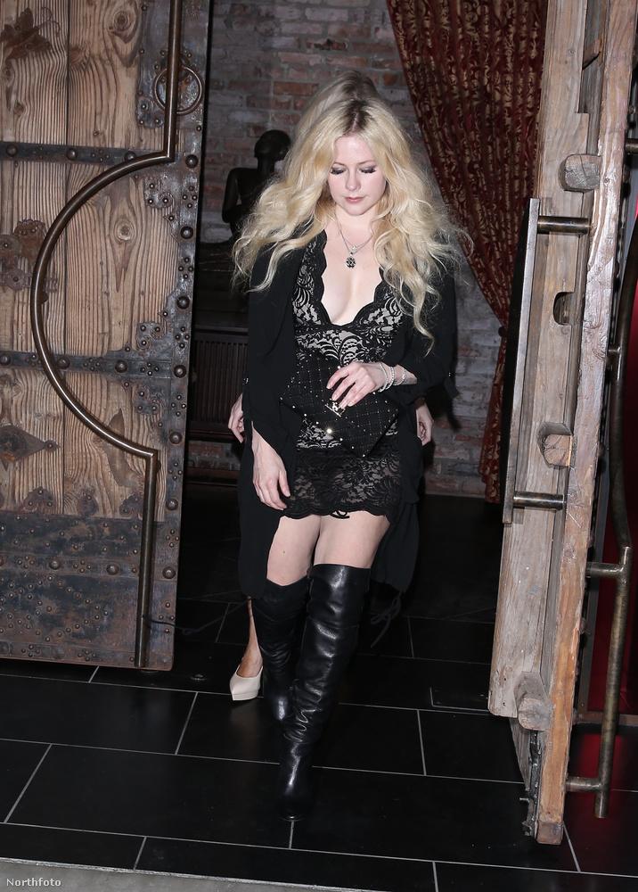 Ami tuti, hogy Lavigne arca még mindig olyan kislányosan bájos, mint annak idején.Talán nem véletlenül.
