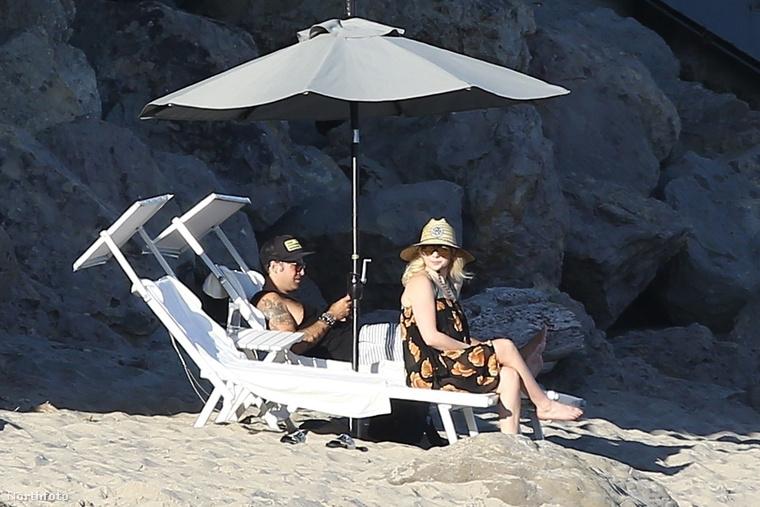 Itt azt láthatják, ahogy régi barátjával, az ugyancsak zenész Ryan Cabrerával pihenget Malibu valamelyik eldugott partszakaszán