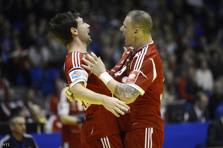Lékai Máté (b) és Zubai Szabolcs örül a 27-27-es döntetlennek a Dániában zajló férfi kézilabda Európa-bajnokság B csoportjában játszott Magyarország - Izland mérkõzés után az aalborgi Gigantium arénában 2014. január 14-én.