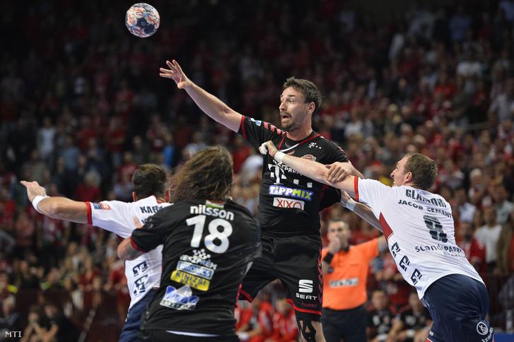 Lékai Máté (j2) és Andreas Nilsson (b2), valamint a német Holger Glandorf (j) és Tobias Karlsson (b) a férfi kézilabda Bajnokok Ligája második fordulójában játszott Telekom Veszprém - Flensburg-Handewitt mérkőzésen a Veszprém Arénában 2017. szeptember 23-án.